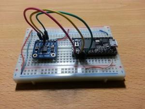 Teensy conectado a un acelerometro los cables que destacan son los ejes X Y y Z.