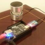 Beaglebone Black con controlador de audio USB y parlante, listo para interpretar un sonido.